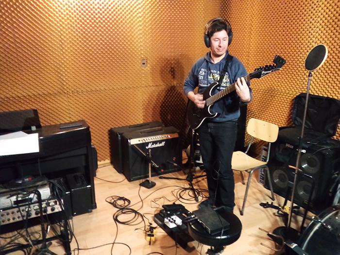 """Grabando guitarras de nuevo disco """"Kamikaze"""""""